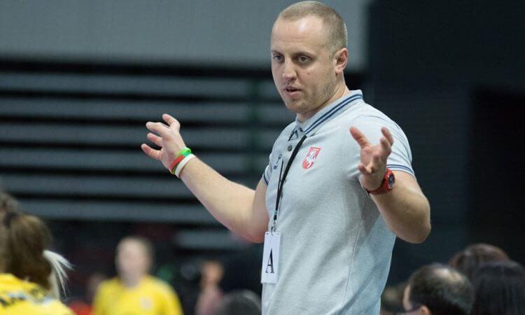 Pirmosios pergalės su Lietuvos moterų rinktine sieksiantis K.Kaladinskas: turime žaisti kur kas greitesnį rankinį